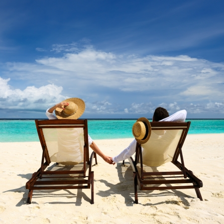 silla playa: Pareja en una playa tropical en Maldivas