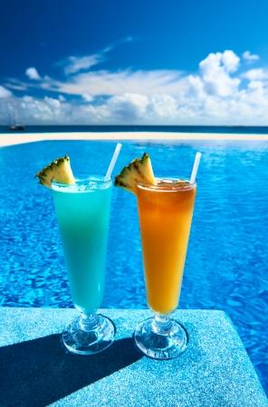 Cocktails in der Nähe des Swimming-Pool