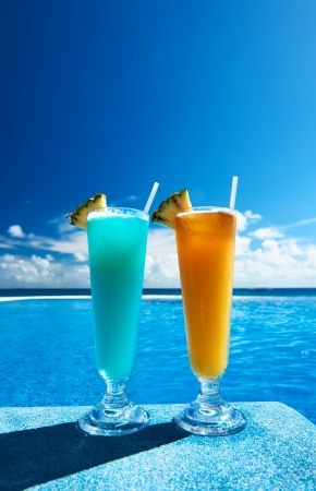 Cocktails near the swimming pool Stock Photo - 19025904