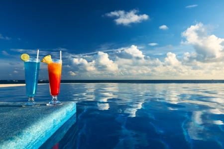 Cocktails in der Nähe des Swimming-Pool Standard-Bild