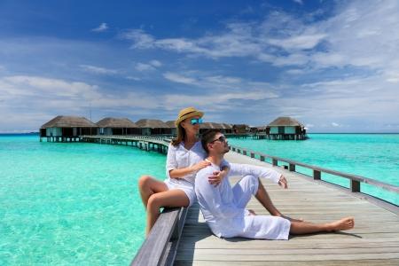 Paar auf einem tropischen Strand Anlegesteg auf den Malediven