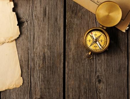 Comp?s de cobre amarillo sobre fondo de madera Foto de archivo