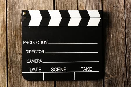 battant: Film clap de production sur fond de bois