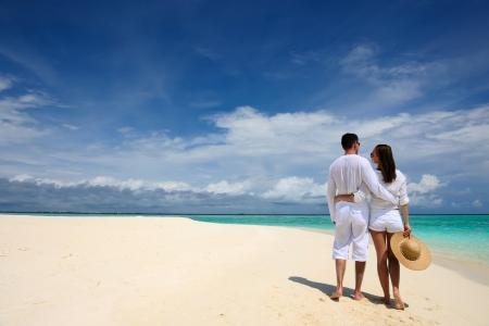 モルディブでの熱帯のビーチをカップルします。 写真素材