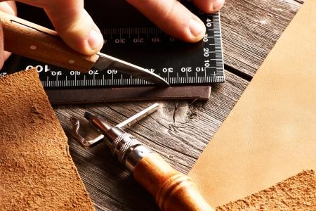 Leder Handwerkszeug Stillleben Standard-Bild
