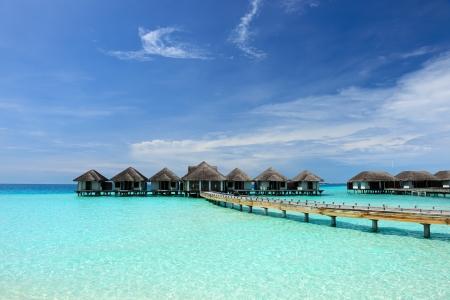 モルディブの水バンガローと美しいビーチ