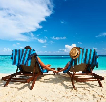 Paar op een tropisch strand op de Malediven Stockfoto
