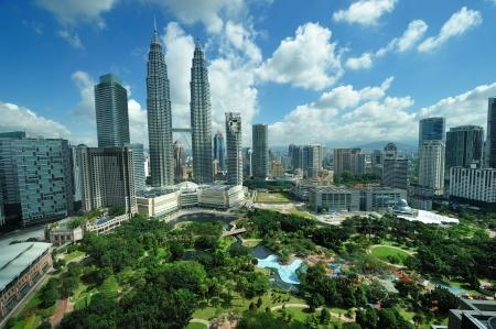 petronas: KUALA LUMPUR, MALASIA - 24 de agosto: las Torres Petronas en el d?a el 24 de agosto de 2012 en Kuala Lumpur. Torres Petronas fueron los edificios m?s altos (452 ??m) en el mundo desde 1998 hasta 2004. Editorial