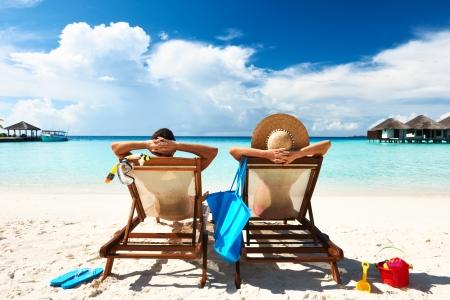 Pares em uma praia tropical em Maldives