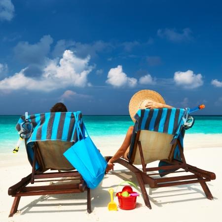 熱帯のビーチ モルディブでカップルします。 写真素材