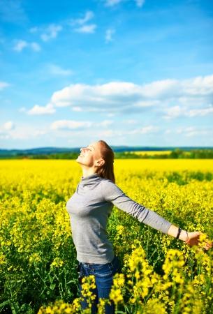 colza: Muchacha con los brazos extendidos en el campo de colza