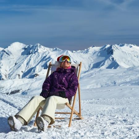 Frau am Berge in Santa Hut feiert Weihnachten, Meribel, Alpes, Frankreich
