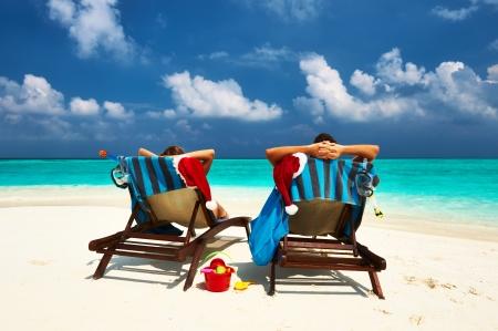 playas tropicales: Pareja en una playa tropical en Maldivas