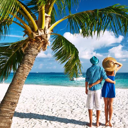 Paar in der blauen Kleidung auf einem tropischen Strand auf den Malediven