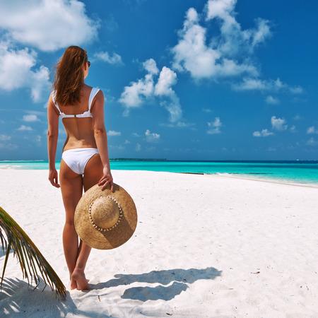 Frau im Bikini auf einem tropischen Strand auf den Malediven Lizenzfreie Bilder