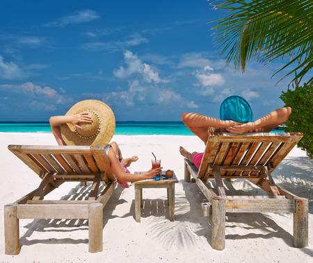 tropical tree: Pareja en una playa tropical en Maldivas