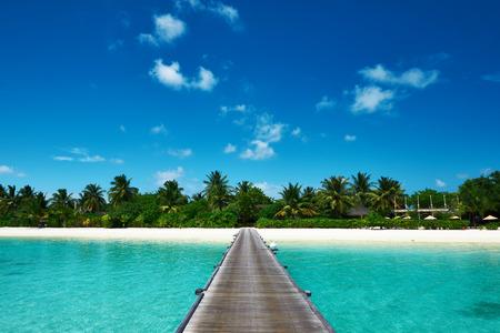 美しいビーチの桟橋でモルディブで