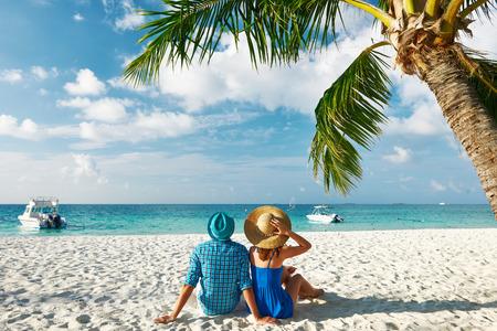 熱帯のビーチ モルディブで青い服のカップル
