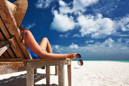 Frau am schönen Strand Halte Sonnenbrille