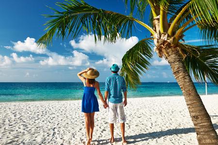 luna de miel: Pareja en ropa de color azul en una playa tropical en Maldivas