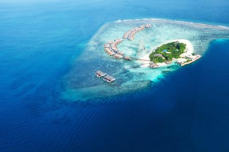 공중보기에서 몰디브의 산호 섬과 섬의 그룹