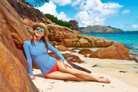 Mujer en la hermosa playa que lleva el guardia de erupci�n. Seychelles, isla Curieuse photo