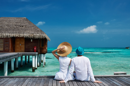 Couple on a tropical beach jetty at Maldives 版權商用圖片