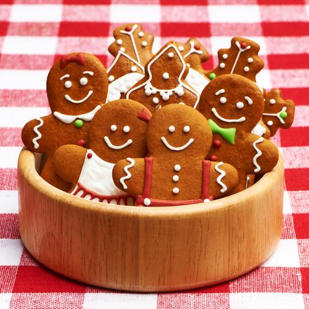galletas de jengibre: Galletas de la Navidad del pan de jengibre hecho en casa en la mesa