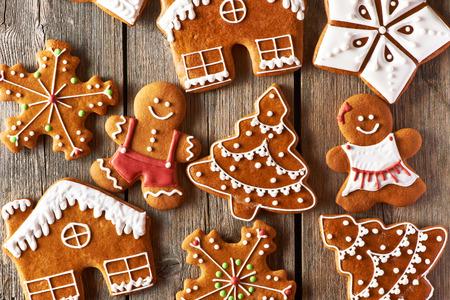 Noël biscuits en pain d'épice maison sur table en bois Banque d'images - 32316044