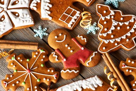 weihnachtskuchen: Weihnachten hausgemachte Lebkuchen Cookies auf Holztisch Lizenzfreie Bilder