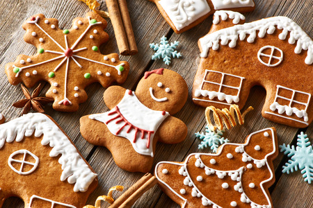 Weihnachten hausgemachte Lebkuchen Cookies auf Holztisch Lizenzfreie Bilder