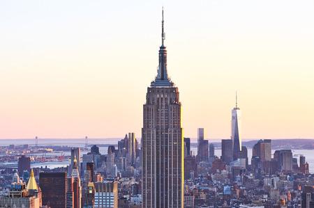 エンパイア ・ ステート ・ ビルディング、ニューヨーク市のマンハッタン、夕暮れ時の米国の都市の景観ビュー