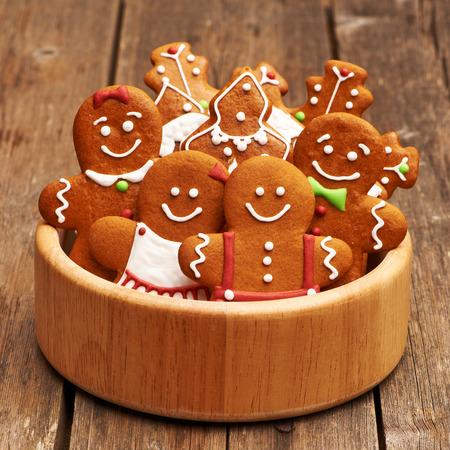 galleta de jengibre: Galletas de la Navidad del pan de jengibre hecho en casa en la mesa
