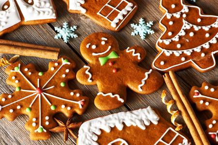 adornos navideños: Navidad galletas de jengibre hecho en casa en la mesa de madera Foto de archivo