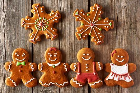galleta de jengibre: Navidad parejas de pan de jengibre hecha en casa en la mesa de madera