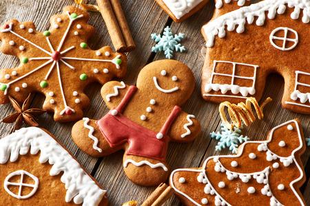 ginger cookies: Navidad galletas de jengibre hecho en casa en la mesa de madera Foto de archivo