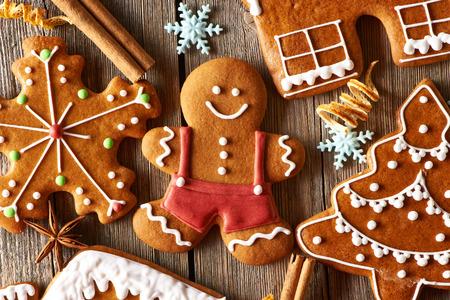 Ahşap masa üzerinde Noel ev yapımı zencefilli kurabiyeler Stok Fotoğraf