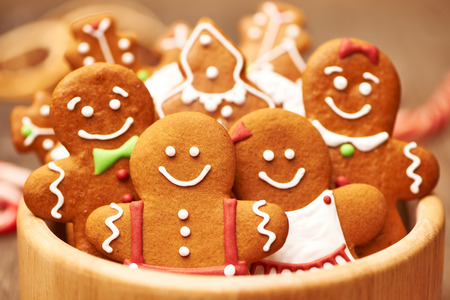 galletas de navidad: Galletas de la Navidad del pan de jengibre hecho en casa en la mesa