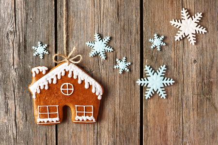 Weihnachten hausgemachte Lebkuchen-Haus-Plätzchen über Holzuntergrund Lizenzfreie Bilder