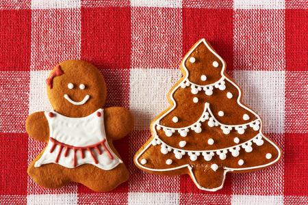 galletas de jengibre: Muchacha de la Navidad del pan de jengibre hecho en casa en el mantel Foto de archivo