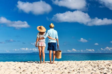 Paar auf einem tropischen Strand auf den Seychellen