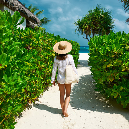 trailway: Woman with bag and sun hat going to the beach