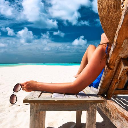 chillen: Frau am schönen Strand mit Sonnenbrille Lizenzfreie Bilder