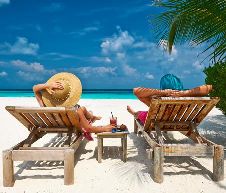 silla: Pareja en una playa tropical en Maldivas