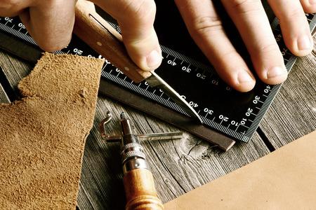 crafting: Herramientas que hacen a mano todav�a la vida de cuero Foto de archivo