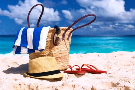 chapeau de paille: Belle plage avec sac au Seychelles, La Digue