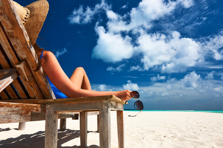 gafas de sol: Mujer en la hermosa playa con gafas de sol Foto de archivo