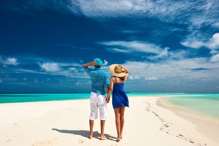 luna de miel: Pareja en azul en una playa tropical en Maldivas
