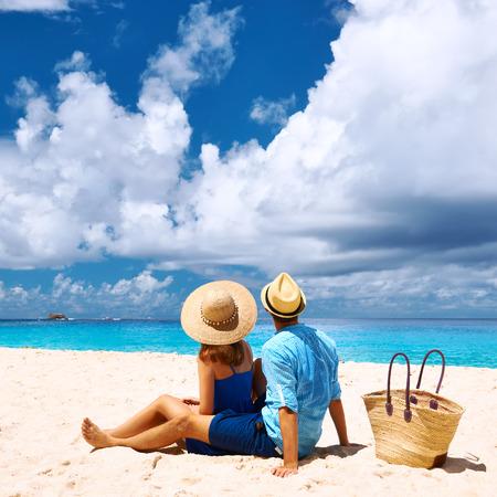 relaxamento: Casal relaxando em uma praia de Anse Intend