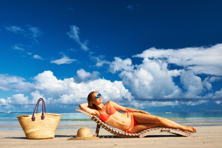 niñas en bikini: Mujer en bikini en la playa tropical en Seychelles